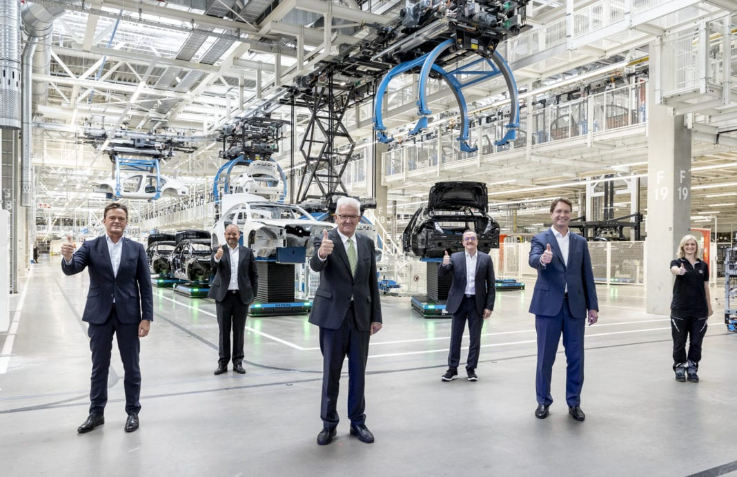 Flexible, digital, efficient and sustainable: Factory 56 at the Sindelfingen plant embodies the future of production at Mercedes-Benz and sets new standards for the automotive industry. High-ranking representatives from politics were present at the opening ceremony - including Winfried Kretschmann, Minister-President of Baden-Württemberg. From left: Markus Schäfer, Jörg Burzer, Winfried Kretschmann, Ergun Lümali, Ola Källenius, Pia Pönitz