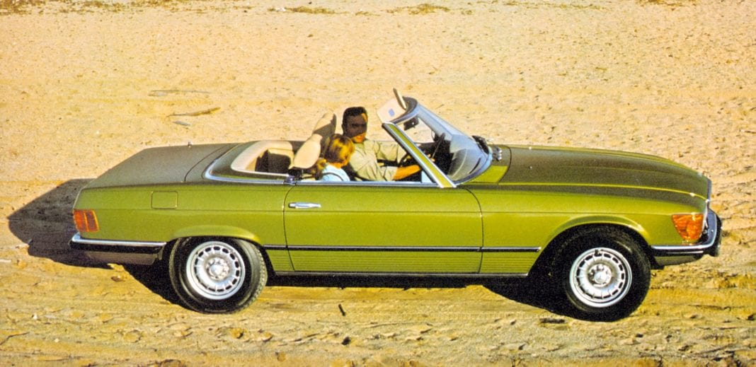 Mercedes-Benz 350 SL (R 107, production period 1971 to 1989). Contemporary genre photo from right. (Photo signature in the Mercedes-Benz Classic archive: 1998DIG86)
