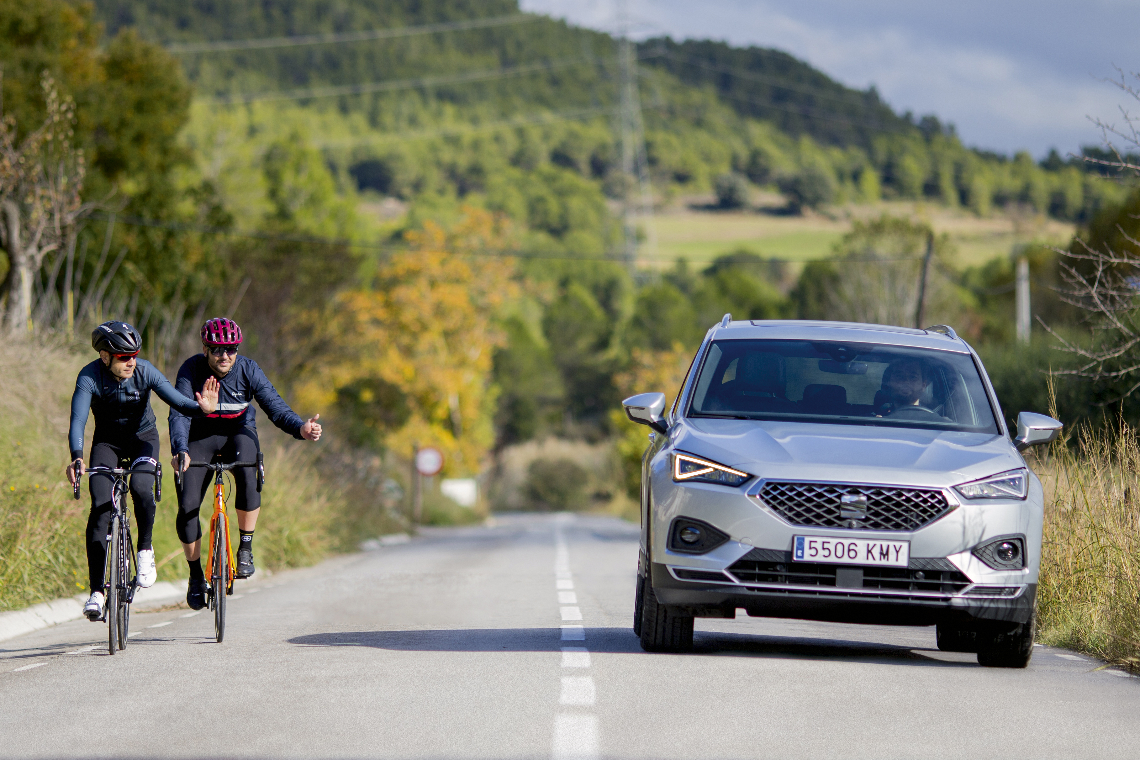 In order to overtake cyclists correctly: reduce the speed and maintain the safety distance