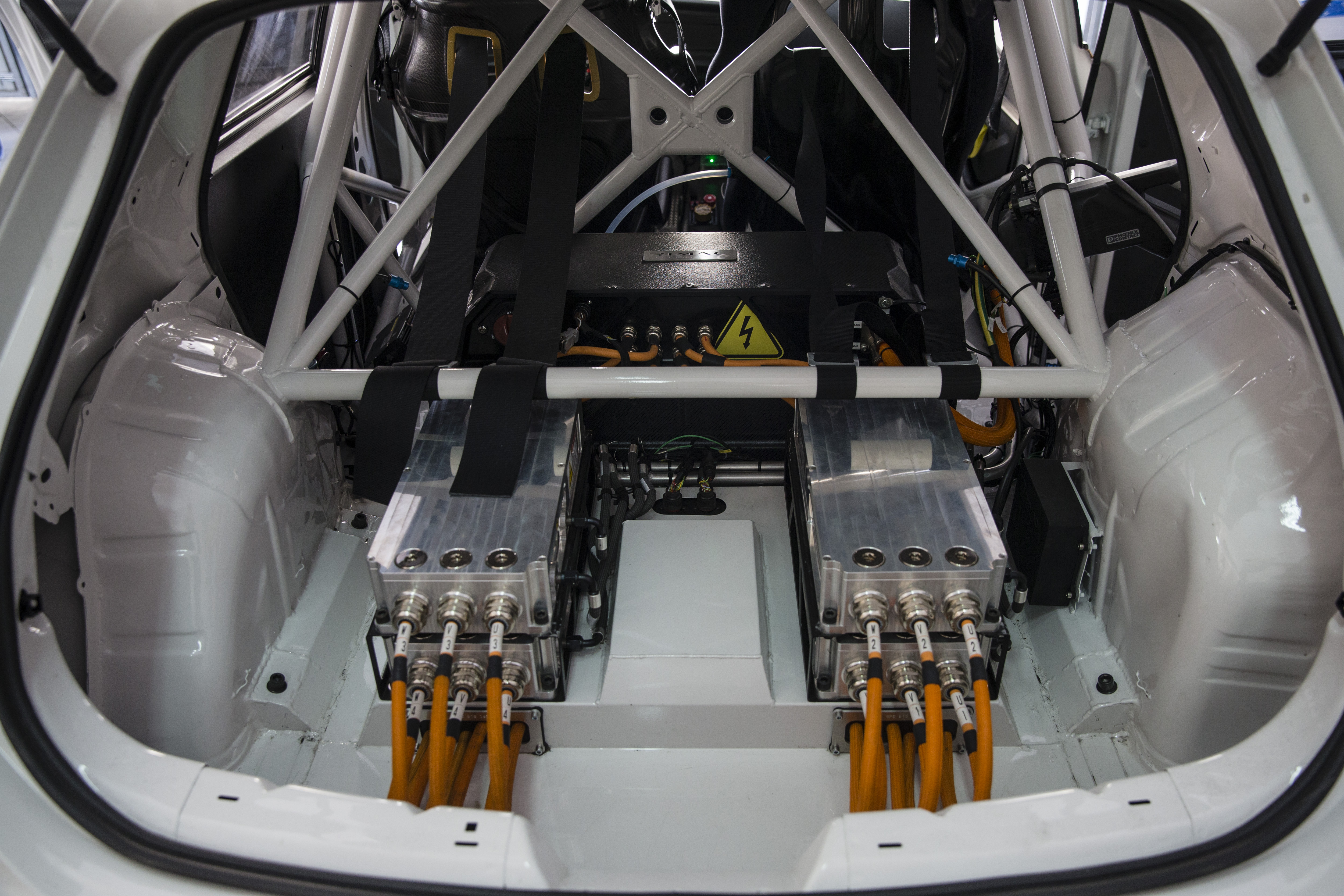 Four engines, located at the rear, succeed in reaching 12,000 rpm